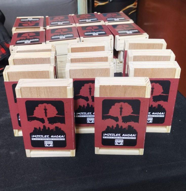 Juego base: caja de madera, mazo de cartas, contadores de madera y bolsita de viaje.
